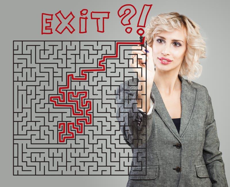Bakgrund för affärskvinna och labyrint Framgång, planläggning, problem och lösningsbegrepp royaltyfri fotografi
