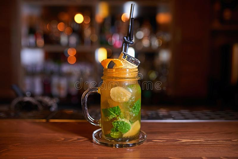 Bakgrund för alkoholcoctailsuddighet royaltyfri bild