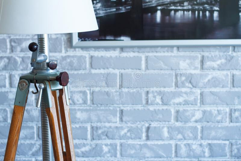 Bakgrund för begrepp för lampa för garnering för inre för tegelstenvägg tom modern dekorativ och grå, för inrikesdepartem royaltyfria foton