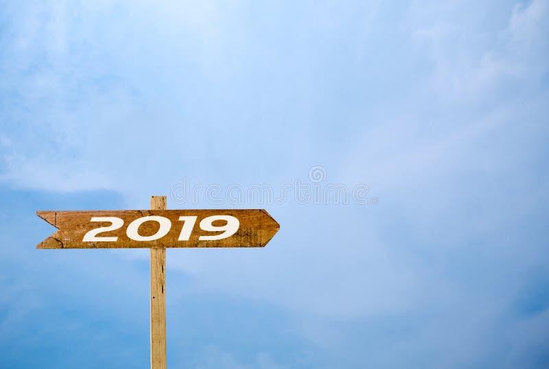 Bakgrund för blå himmel för teckenbaner 2019 royaltyfria foton
