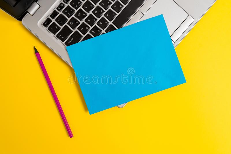 Bakgrund f?r blyertspenna f?r ark f?r ?ppen moderiktig metallisk b?rbar dator f?r silver f?r fr?mre sikt slank liten tom pappers- fotografering för bildbyråer