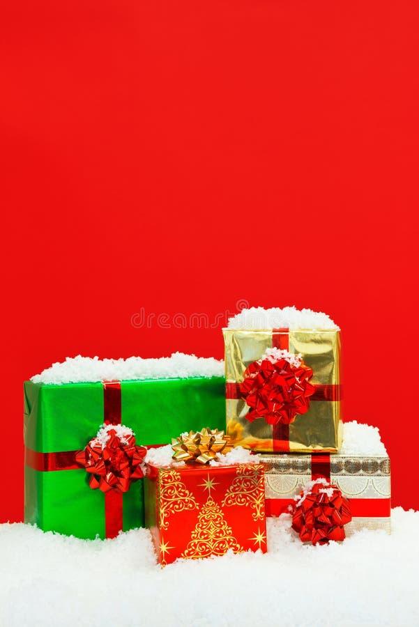 Bakgrund för dolda julklappar för snö röd. arkivfoto