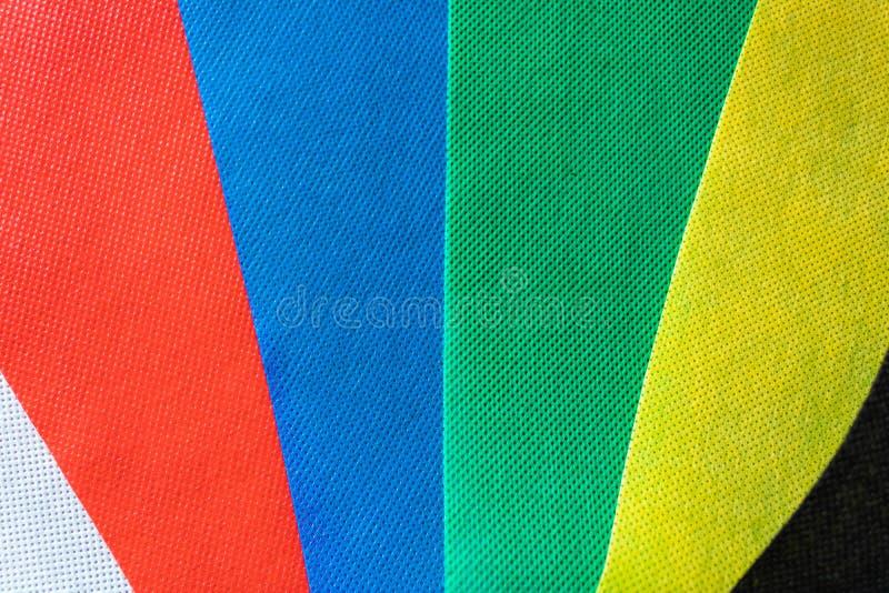 Bakgrund för färgsilkespapperprövkopior av vita, röda, blåa, gröna, gula och svarta färger Olika färgprovkartor - bild arkivfoton