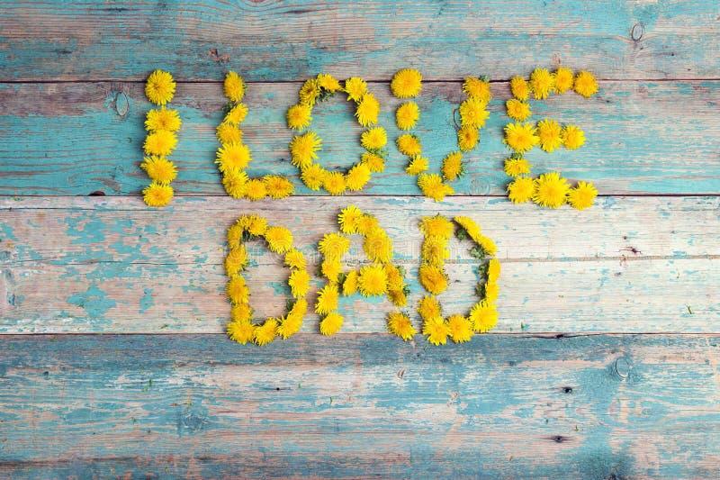 Bakgrund för faderdag med bokstäver från gula maskrosor på ol royaltyfri fotografi