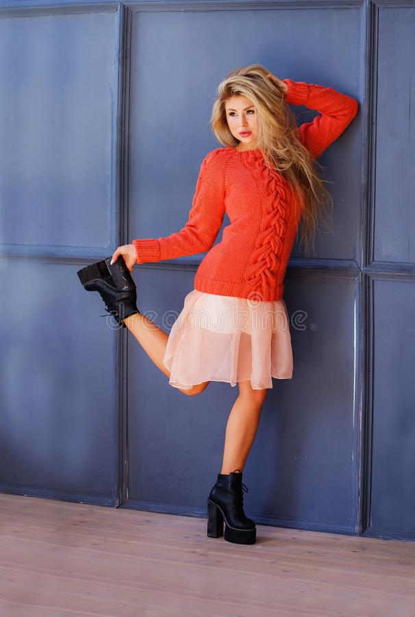 Bakgrund för grå färger för stående n för längd för flicka för modemodell full Stilfull blond kvinna för skönhet som poserar i tr royaltyfria bilder