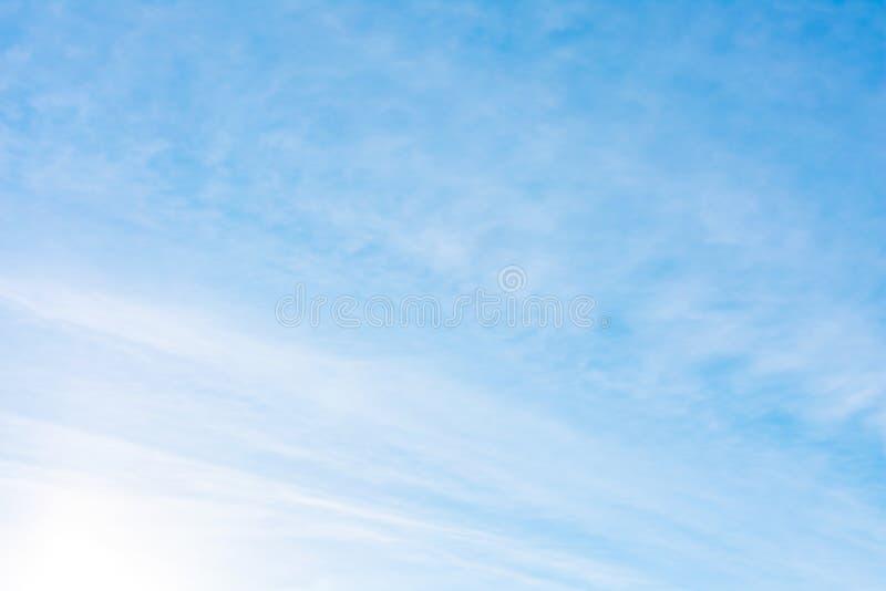 Bakgrund för härlig, abstrakt blå himmel Det finns fjäderlika moln i himlen Ett bra ställe som förlägger texten royaltyfri fotografi