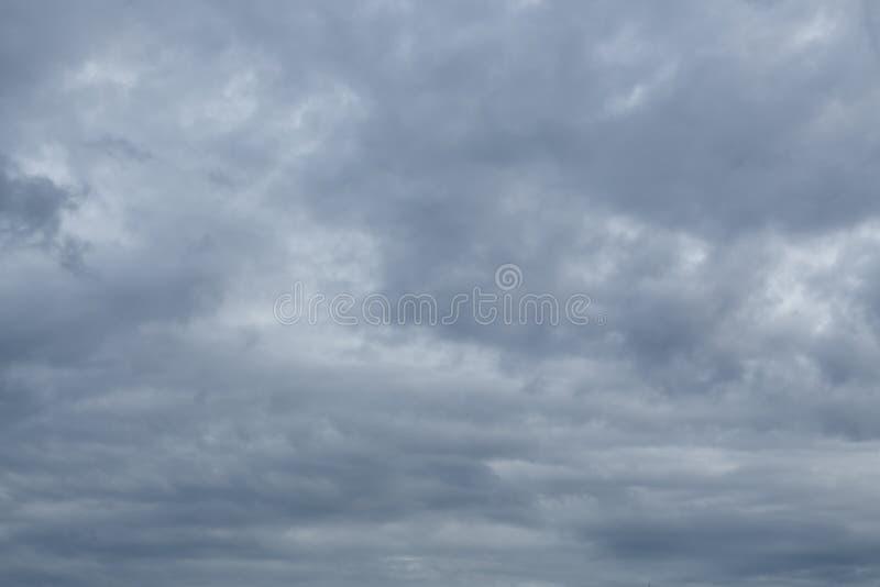 Bakgrund för himmel för regnmoln dramatisk lynnig royaltyfri bild