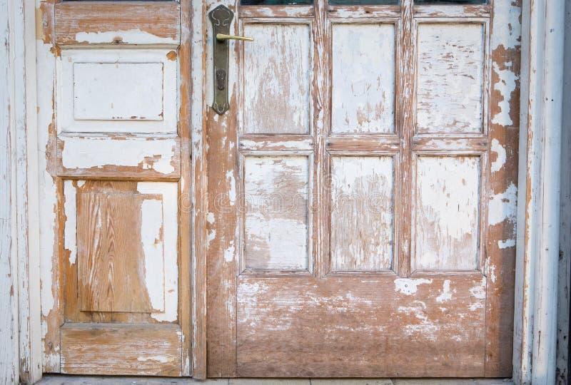 Bakgrund för hus för gammal trätextur för dörrskalningsfärg rostig arkivbild