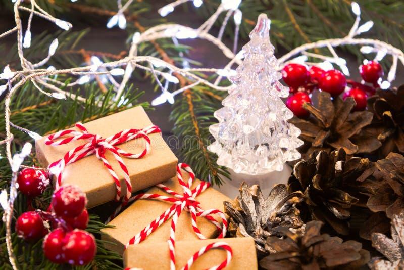 Bakgrund för jul och för nytt år av prydnader, gåvor, granträdet och girlanden arkivfoto
