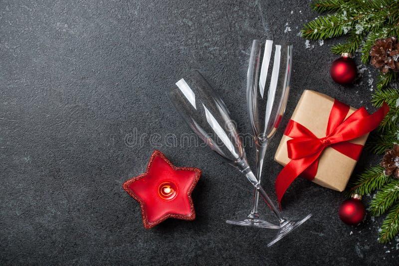 Bakgrund för jul och för nytt år med gåvaasken, champagneexponeringsglas royaltyfria foton