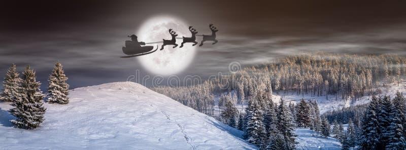 Bakgrund för julhelgdagsafton, sagaplats med jultomten på släden och renflyg på himlen arkivfoto
