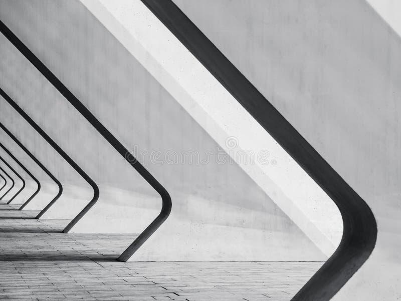 Bakgrund för konkret för snedhet för arkitekturdetaljer modern byggande abstrakt för kolonner perspektiv för utrymme royaltyfria foton