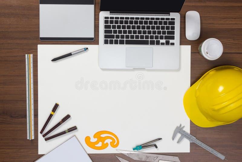 Bakgrund för kontorsskrivbord med konstruktionsprojekt arkivfoto