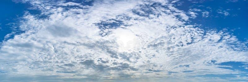Bakgrund för molnig himmel för panorama arkivfoto