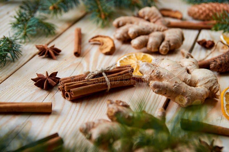 Bakgrund för nytt år med den traditionella kryddaingefäran, torkade apelsiner, äpplen, kanelbruna pinnar, anisstjärnor Ingrediens royaltyfri foto