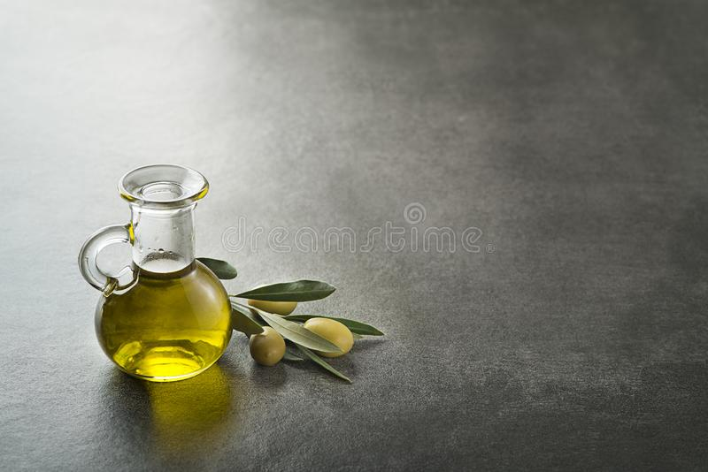 Bakgrund för olivoljaflaska arkivfoto
