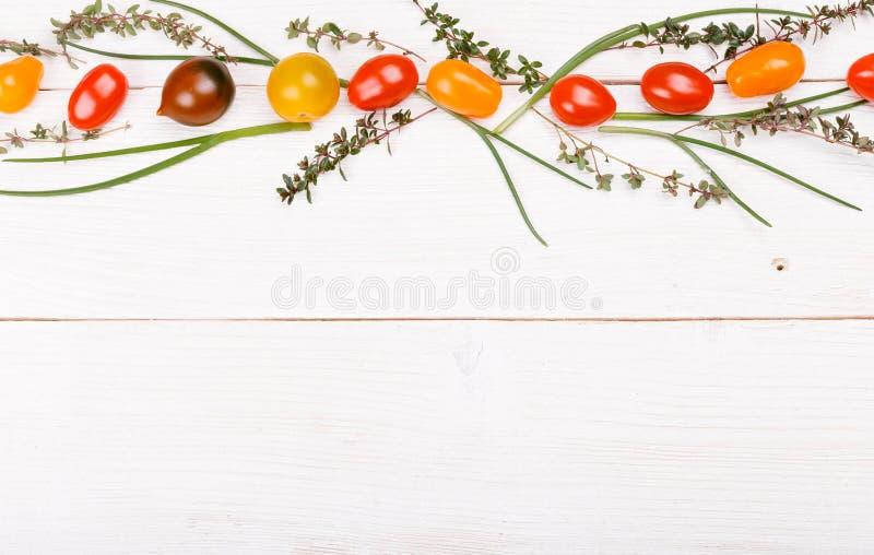 Bakgrund för organisk mat Studiofoto av olika frukter och grönsaker på den vita trätabellen Hög upplösningsprodukt arkivbild