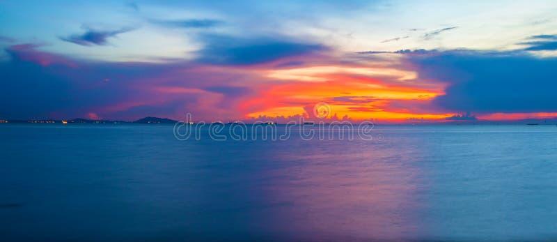 Bakgrund för panoramaskymninghimmel Färgrik solnedgånghimmel och moln arkivfoto