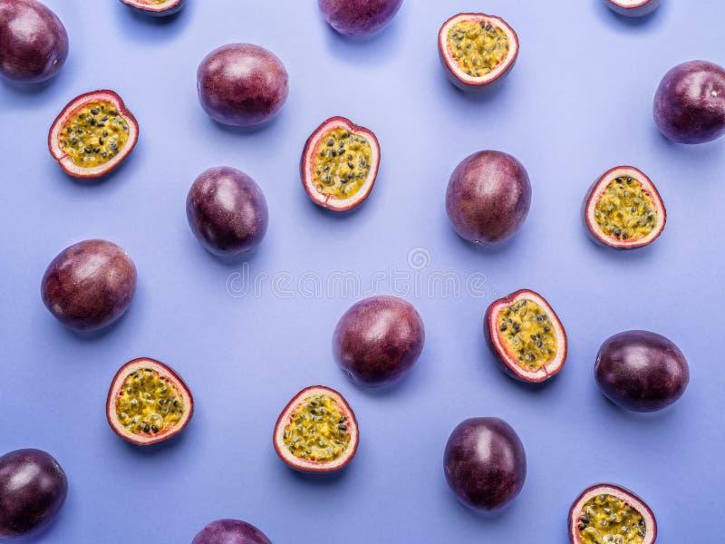 Bakgrund för passionfrukt Ställ in av passionfrukter Top beskådar arkivfoto
