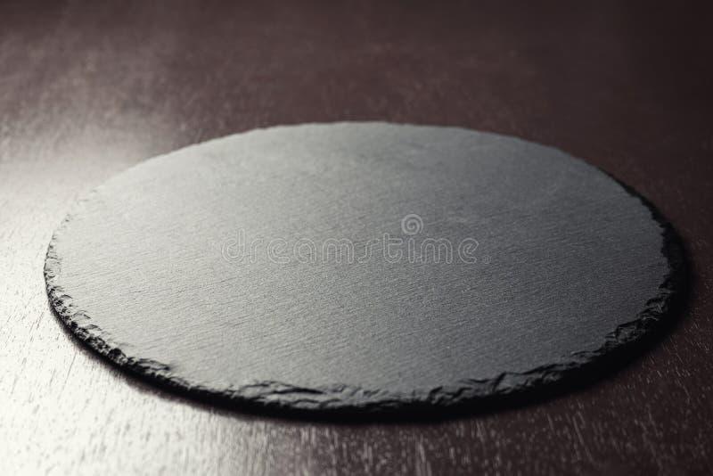 Bakgrund för placering av livsmedel Skivtavla på ett träbord 45 graders vinkelvy royaltyfria foton