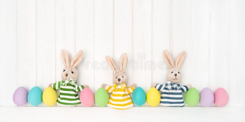 Bakgrund för roliga kaniner för påskgarneringägg trä fotografering för bildbyråer