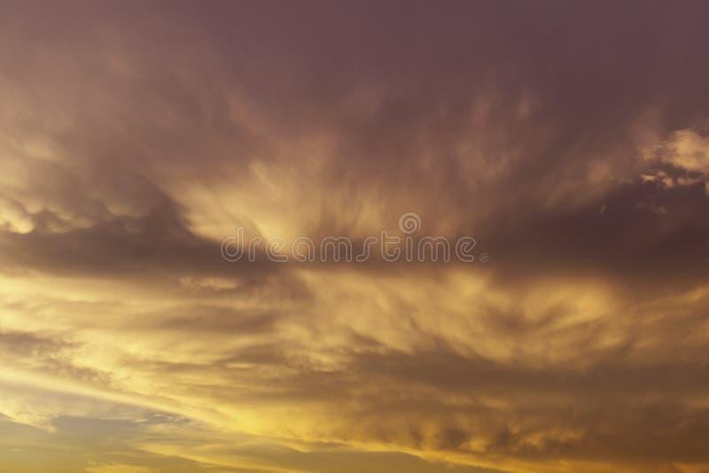 Bakgrund för solnedgång för molnhimmelafton royaltyfria foton