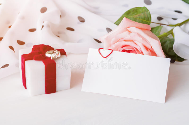 Bakgrund för St-valentindag - persikaros, tomt förälskelsekort med fritt utrymme för text och ask för juvelgåva arkivfoton