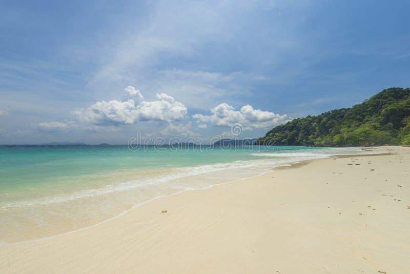 Bakgrund för strand för havssikt härlig tropisk med horisontblått s royaltyfri fotografi
