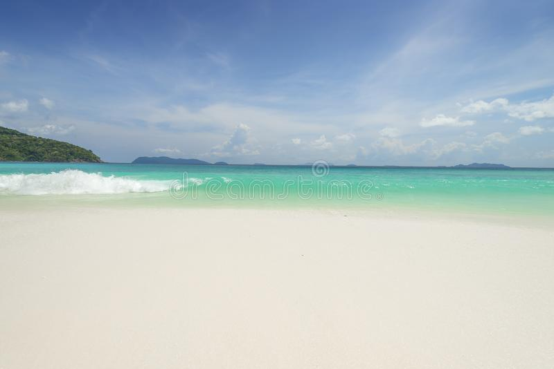 Bakgrund för strand för havssikt härlig tropisk med horisontblått s royaltyfria bilder