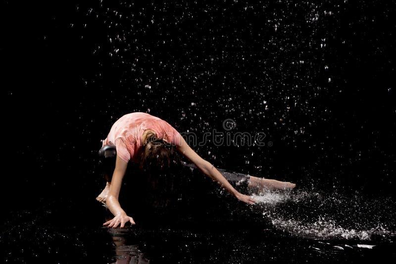 Bakgrund för svart för kvinnadansregn royaltyfri foto