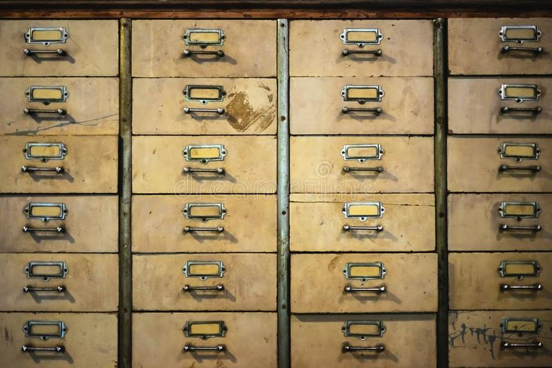 Bakgrund för textur för retro gammal metall för kinesisk medicin för tappning kabinett Drogenhet, droghylla, tappningenhet, kines arkivbild