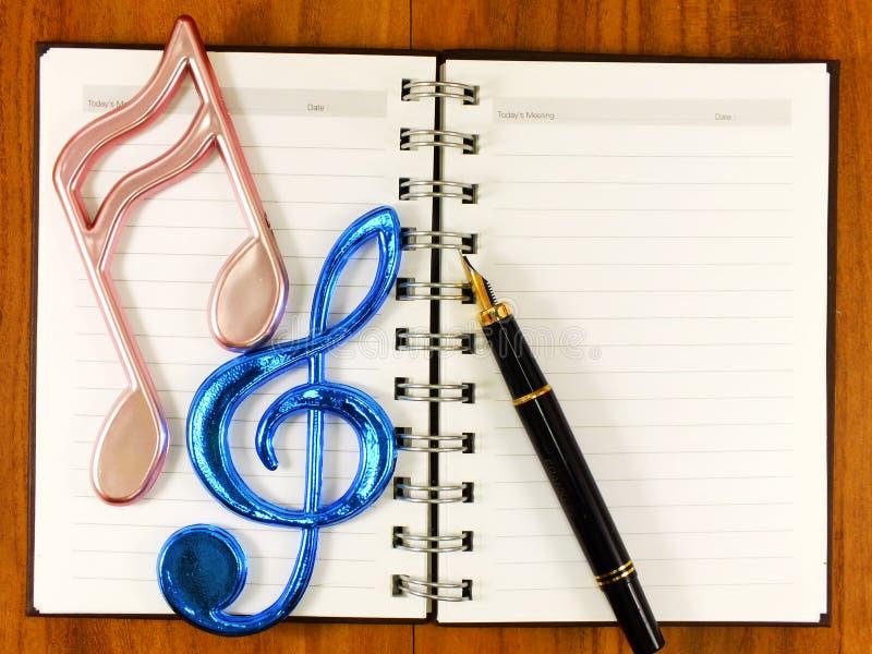 Bakgrund för tomt papper med musikanmärkningen arkivfoton