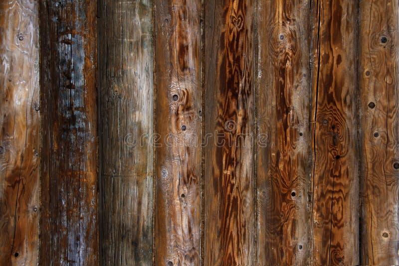 Bakgrund för vägg för journalhus Gamla red ut orange journaler spelrum med lampa arkivfoton