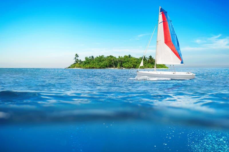 Bakgrund för våg för havsyttersidasommar med segelbåten royaltyfria foton