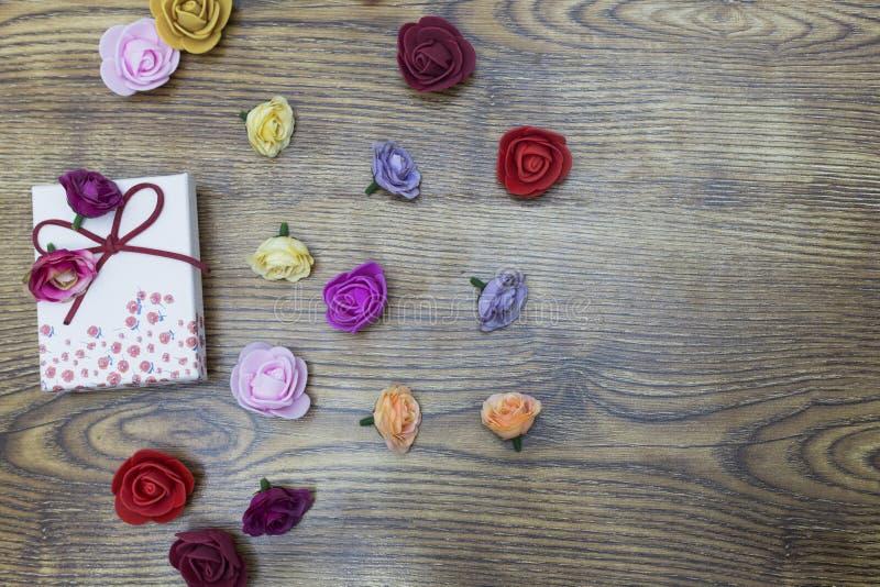 Bakgrund för valentindagbegrepp Gåvaask med gruppen av rosor över trätabellen Bästa sikt med kopieringsutrymme arkivbild