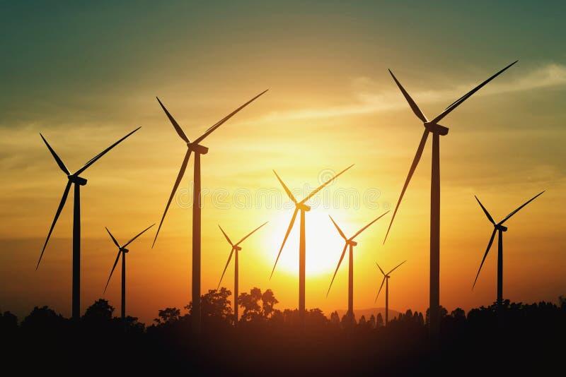 bakgrund för vindturbin och solnedgång begreppsecoenergi royaltyfri bild