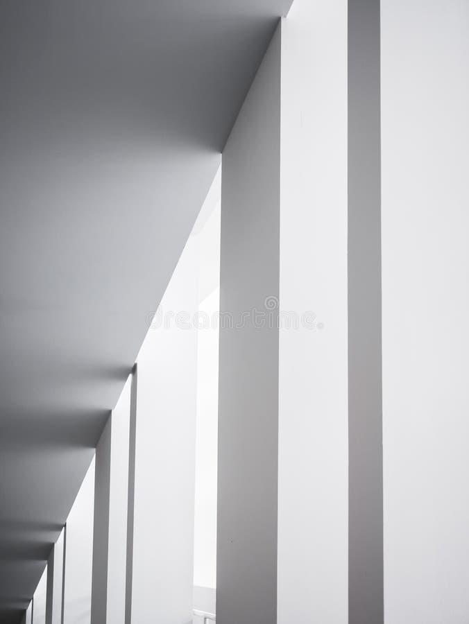 Bakgrund f?r vit byggnad f?r kolonner f?r arkitekturdetaljer geometrisk abstrakt modern royaltyfri fotografi