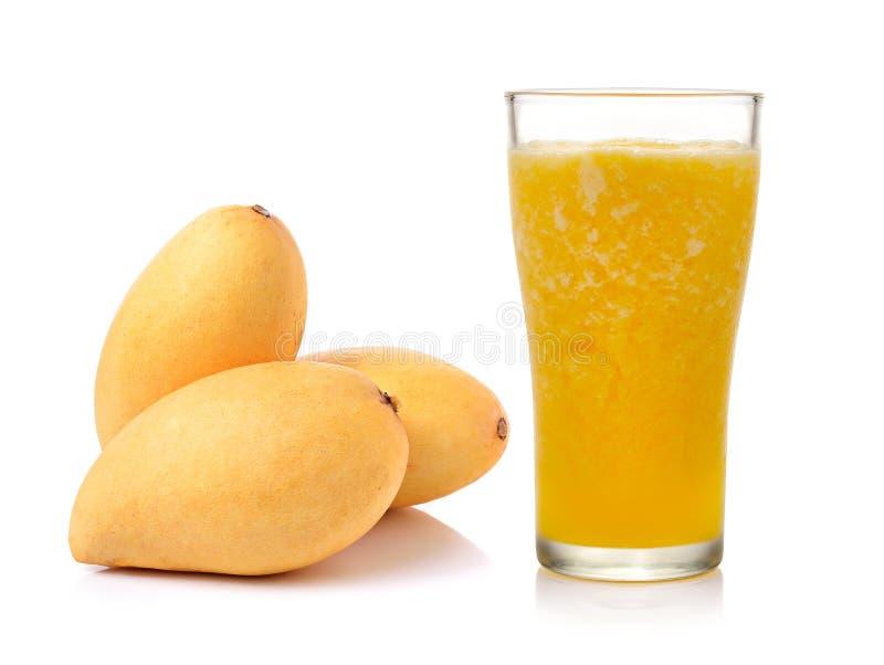 Bakgrund för vit för mangofruktsaft- och fruktisolering royaltyfri foto
