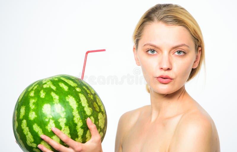 Bakgrund för vit för sugrör för coctail för vattenmelon för törstig attraktiv näck fruktsaft för drink för flicka ny hel Smutt av royaltyfri foto