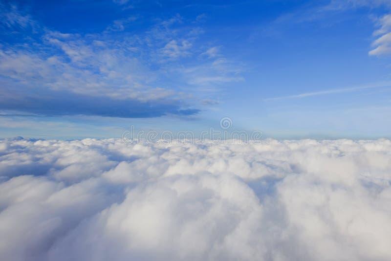 Bakgrund f?r bl? himmel med moln arkivfoto