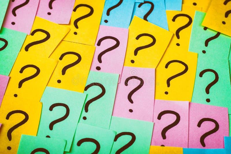 Bakgrund f?r fr?gefl?ckar F?rgrika pappersanm?rkningar med fr?gefl?ckar text f?r rest f?r bild f?r com-begreppsfigurine h?ger pla royaltyfri bild