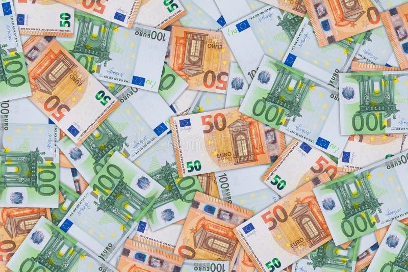 Bakgrund från a av femtio och hundra eurosedlar arkivbilder