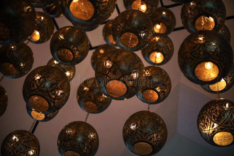 Bakgrund från shaining av tunisian metalllampor royaltyfri foto