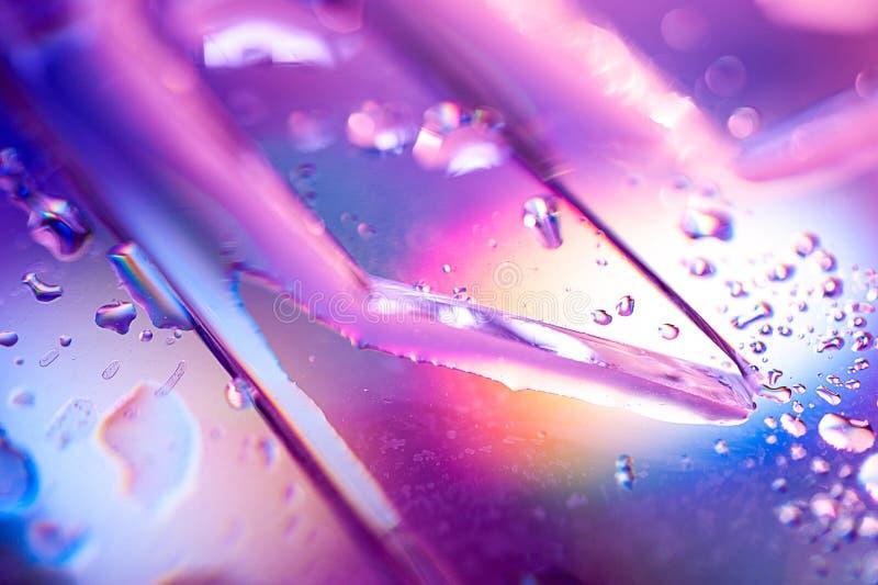 Bakgrund i stilen av 80en-90s Verklig textur av brutet exponeringsglas eller is och droppar i ljusa syrliga färger arkivbild