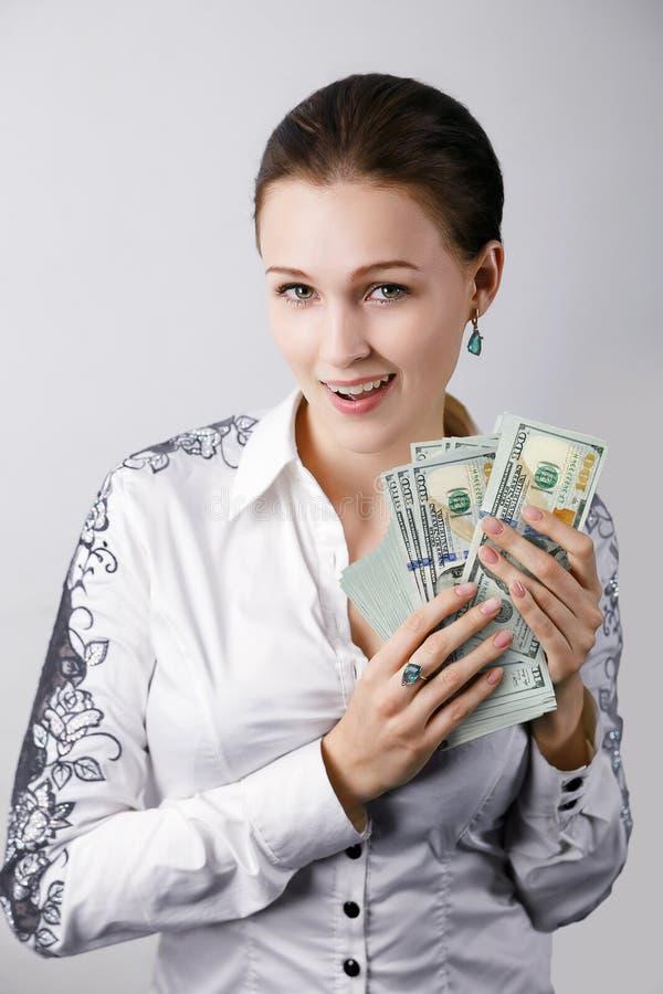 bakgrund isolerade pengar över den vita kvinnan royaltyfri bild
