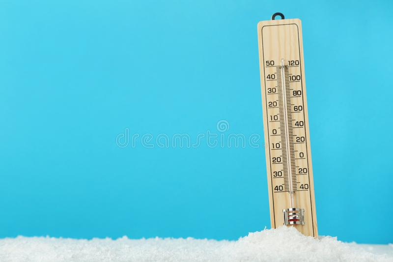 bakgrund isolerat vitt trä för termometer royaltyfri fotografi