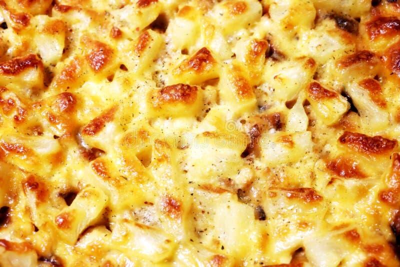 Bakgrund Mat Pizza En höna En ananas provencal örtar Pizzahöna med ananas och Provencal örter royaltyfri foto