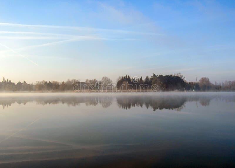 Bakgrund med den mystiska vintermorgonsjön på soluppgång med kopieringstextutrymme royaltyfri bild