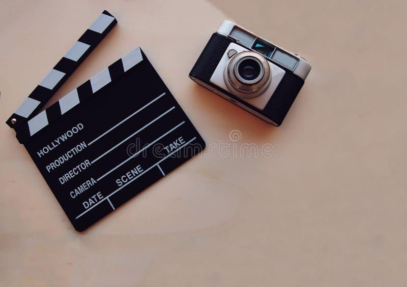 Bakgrund med en filmpanelbräda och en kamera royaltyfria foton