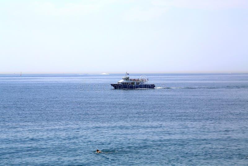 Bakgrund med havet och n?jefartyget arkivfoton